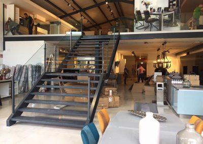 montada escalera con la barandilla de cristal